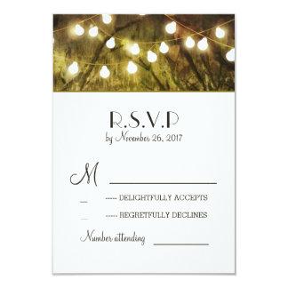 ひもはRSVPカードを結婚する素朴な木をつけます カード