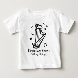 ひもを常に引っ張っているハープ奏者 ベビーTシャツ