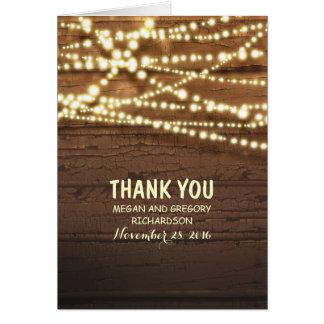 ひもライトおよび納屋の木製の結婚式は感謝していしています カード