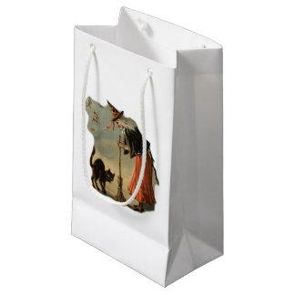 ほうきおよび黒いペット猫を持つハロウィンの古い魔法使い スモールペーパーバッグ