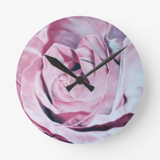 ぼろぼろのシックなヴィンテージのロマンチックでエレガントなピンクのバラ ラウンド壁時計