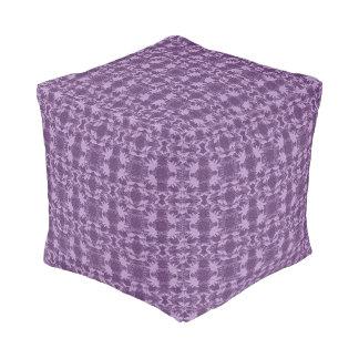ぼろぼろのシックな紫色のラベンダーの花のレースパターン プーフ