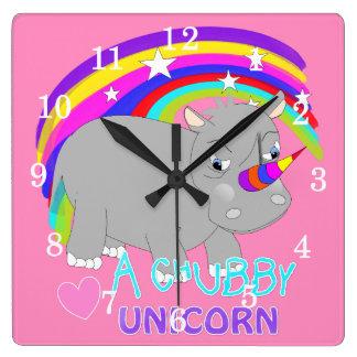 ぽっちゃりしたユニコーンのかわいい虹のファンタジーのおもしろいのノベルティ スクエア壁時計