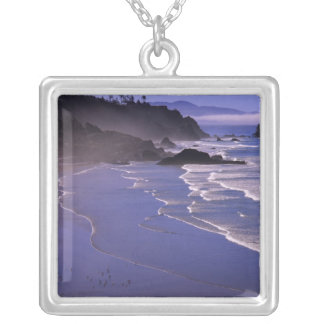 または、オレゴンの海岸、Ecola SPのインドのビーチとの シルバープレートネックレス