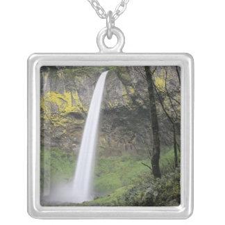 または、コロンビア川の峡谷、Elowahの滝、McCord シルバープレートネックレス