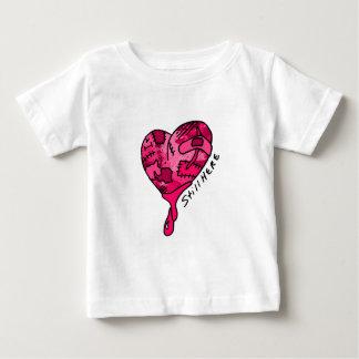 まだここにピンクのパッチワークのハート ベビーTシャツ