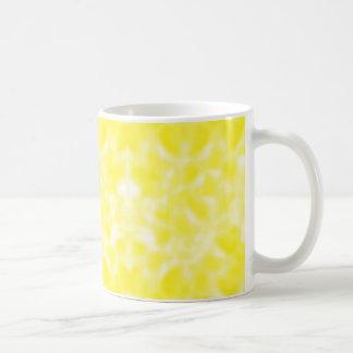 まだらにされる黄色および白 コーヒーマグカップ
