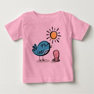 みみずによって挨拶されるかわいい鳥 ベビーTシャツ