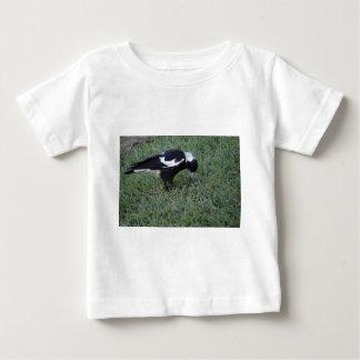 みみずに田園クイーンズランドオーストラリアを得ているカササギ ベビーTシャツ