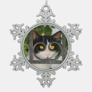 めがねフレーム-クリスマスの装飾を持つ好奇心が強い猫 スノーフレークピューターオーナメント