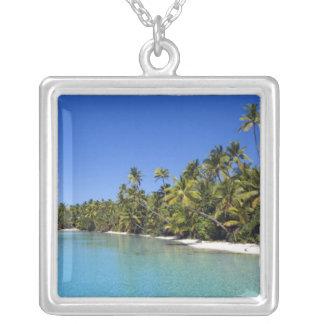 やしによって並べられるビーチのクック諸島2 シルバープレートネックレス