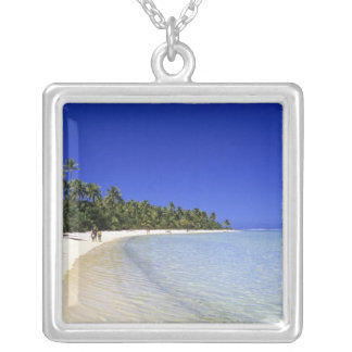 やしによって並べられるビーチのクック諸島8 シルバープレートネックレス