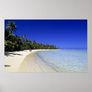 やしによって並べられるビーチのクック諸島8 ポスター