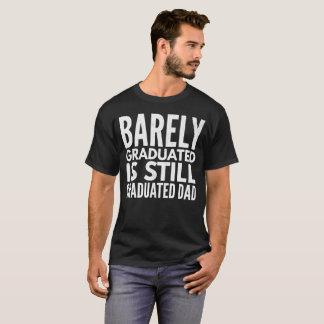 """""""やっとまだ卒業させます、パパ""""のTシャツ卒業しました Tシャツ"""