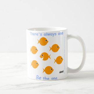 やる気を起こさせるで活気づけるなモットーのかわいい漫画の金魚 コーヒーマグカップ