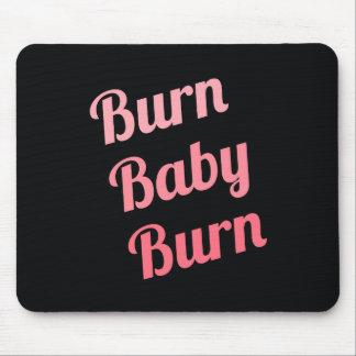 やる気を起こさせるなフィットネスの焼跡のベビーの黒のピンク マウスパッド