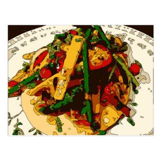 よい風味のグリーンピースおよびトマトの野菜は皿を炒めります ポストカード