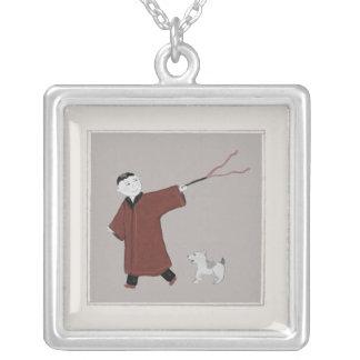 よくはしゃぐなアジア男の子および彼の犬のネックレス シルバープレートネックレス