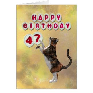 よくはしゃぐな猫および47ththハッピーバースデーの気球 カード