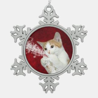 よくはしゃぐな虎猫のクリスマスの子猫 スノーフレークピューターオーナメント