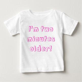 より古い対の女の子…私は2分より古いです! ベビーTシャツ