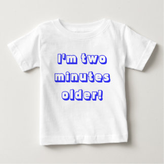 より古い対の男の子…私は2分より古いです! ベビーTシャツ