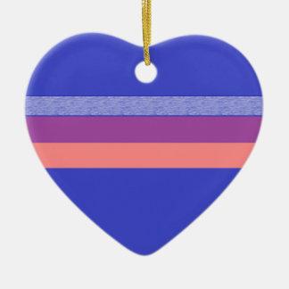 より暗い青い縞に対する紫色のモモそして青 陶器製ハート型オーナメント