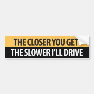 """より近くより遅いIが""""によってドライブなります バンパーステッカー"""