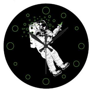 よろよろしている宇宙飛行士 ラージ壁時計