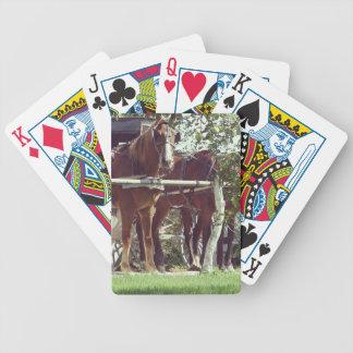 りんごのまわりの馬をつなぐ杭のアマン派の馬 バイスクルトランプ