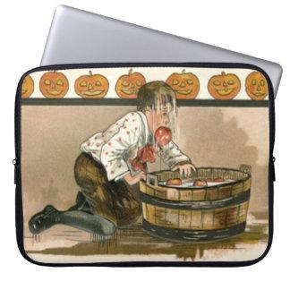 りんごのハロウィーンのカボチャのちょうちんのカボチャのために振れている男の子 ラップトップスリーブ