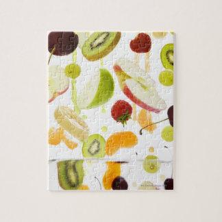 りんご及びオレンジジュースが付いている新しい混合されたフルーツ ジグソーパズル