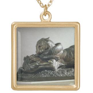 わに1832年をむさぼり食っているトラ(青銅) ゴールドプレートネックレス