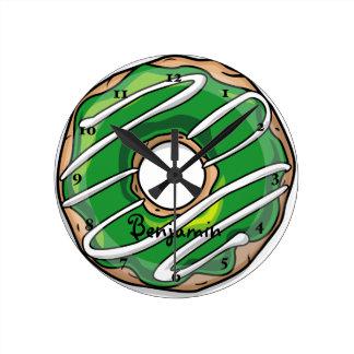 アイシングが付いている中間の緑ドーナツ ラウンド壁時計