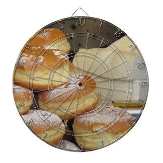 アイシング砂糖が付いているイタリアンなドーナツの積み重ね ダーツボード