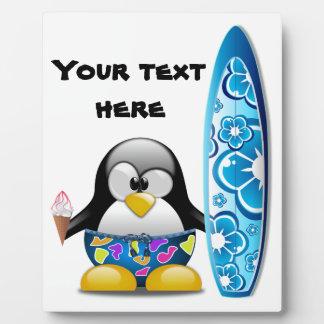 アイスクリームを持つサーファーのペンギン フォトプラーク