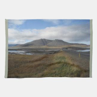 アイスランドの遠い丘の写真が付いているふきん キッチンタオル