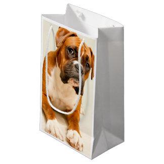 アイボリーのクリーム色の背景幕のボクサーの子犬 スモールペーパーバッグ