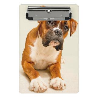 アイボリーのクリーム色の背景幕のボクサーの子犬 ミニクリップボード