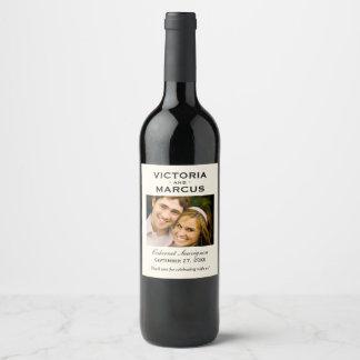 アイボリーの結婚式の写真のワイン・ボトルの好意 ワインラベル