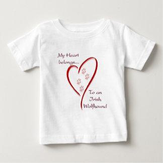 アイリッシュ・ウルフハウンドのハートは属します ベビーTシャツ