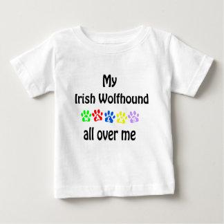 アイリッシュ・ウルフハウンドの歩行のデザイン ベビーTシャツ