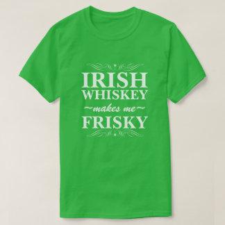 アイルランドのウィスキーは私を快活にさせます Tシャツ