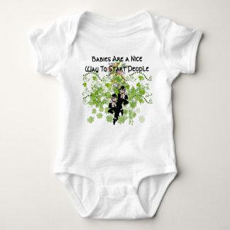 アイルランドのベビーの小妖精の天恵のTシャツ- ベビーボディスーツ