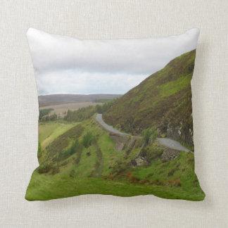 アイルランドの丘のまわりの田舎道のくねり クッション