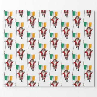 アイルランドの旗を持つサンタクロース ラッピングペーパー