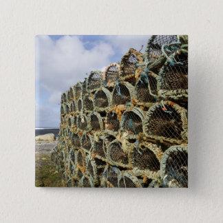 アイルランドの海岸線のロブスターのカニを捕る枝編みかごの山 5.1CM 正方形バッジ