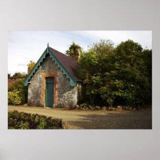 アイルランドのDromolandの城によって囲まれる庭 ポスター