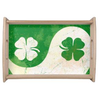 アイルランド人のSt patricks dayのシャムロックのデザイン トレー