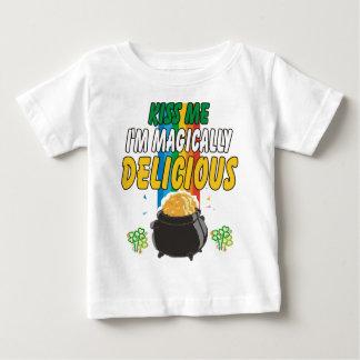アイルランド語-私によってが魔法のようにおいしいTシャツである私に接吻して下さい ベビーTシャツ